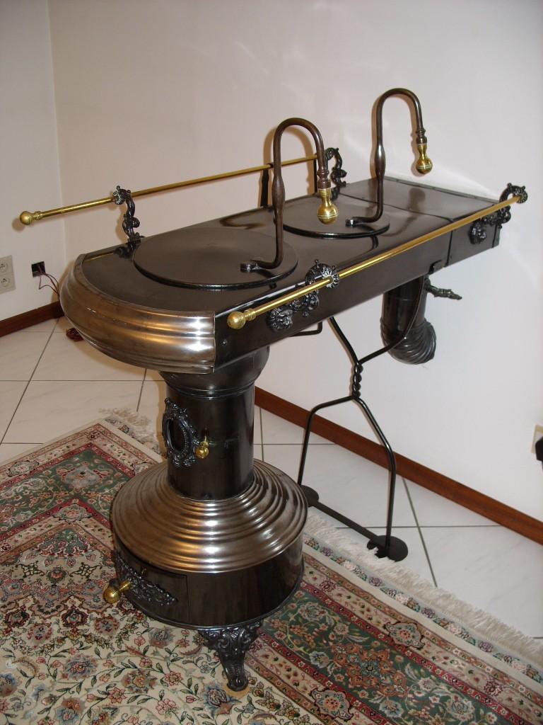 Antigua cocina estufa holandesa carbon le a - Mesas rusticas de cocina ...